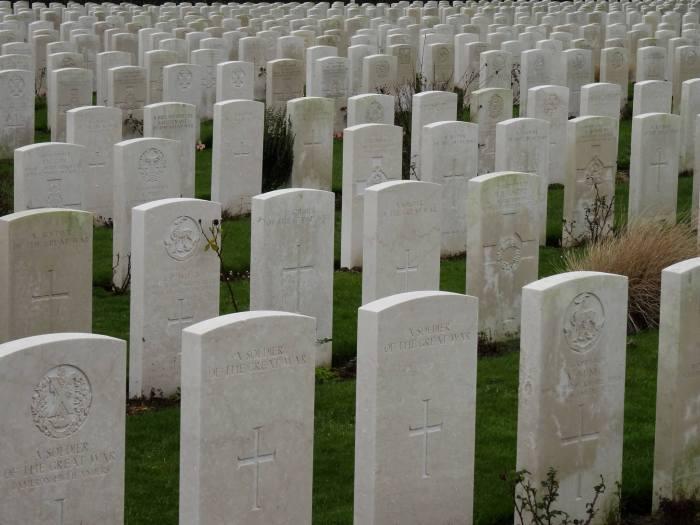 Rijen witten grafstenen op begraafplaats Tyne Cot, Ieper