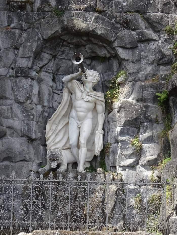 Faun blaast op zijn hoorn in bergpark Wilhelmhöhe