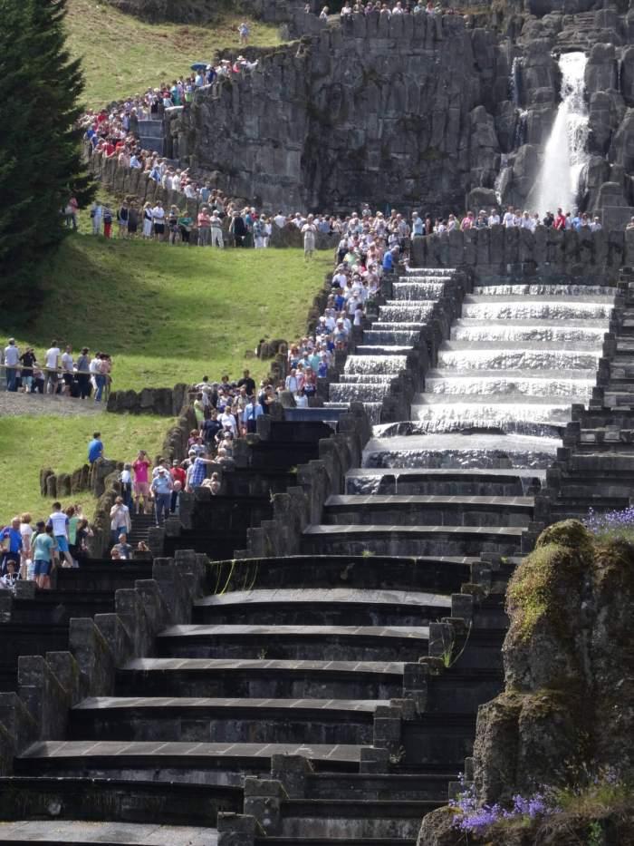 Water daalt onder grote belangstelling de trap afbergpark Wilhelmhöhe