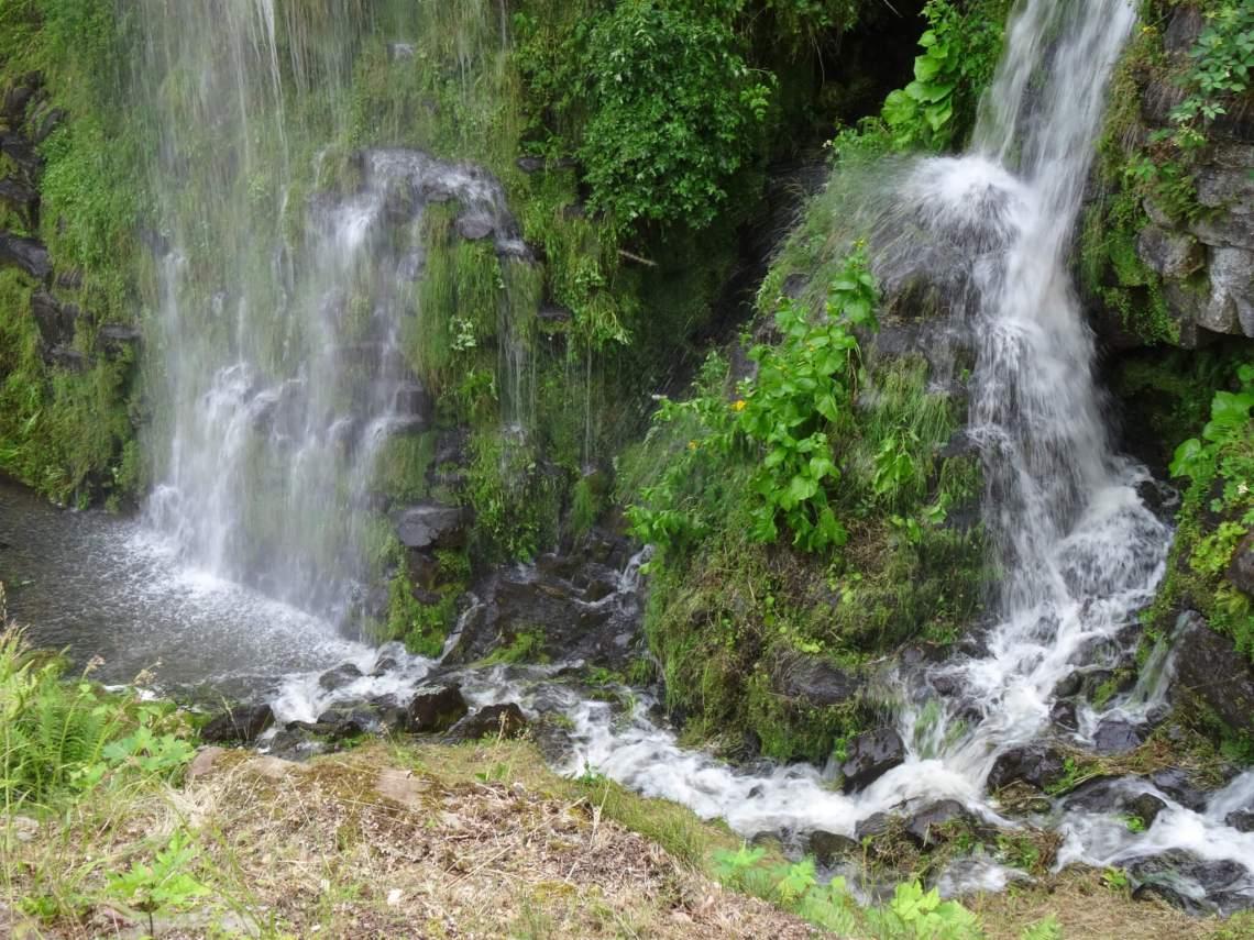 Weelderig groen en klaterende watervallen in bergpark Wilhelmshöhe