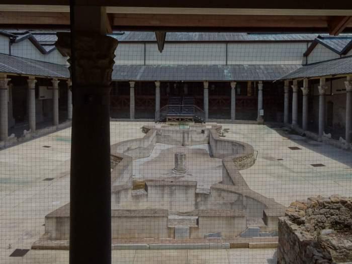 Binnentuin met fontein van villa Romana del Casale omringd door arcades