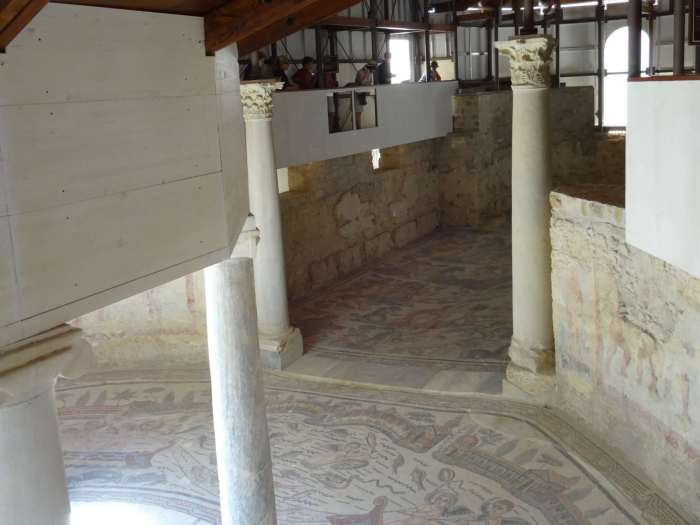 Over de muren van villa Romana del Casale loopt een pad
