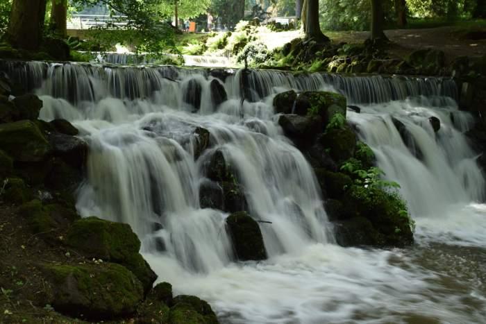 Rotspartijen en stroomversnellingen in bergpark Wilhelmshöhe