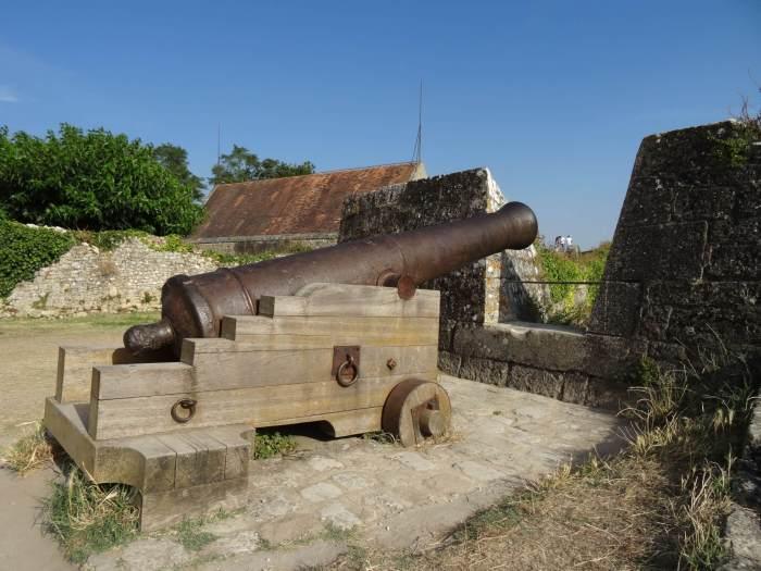 Oud kanon in vestingwerk van Vauban