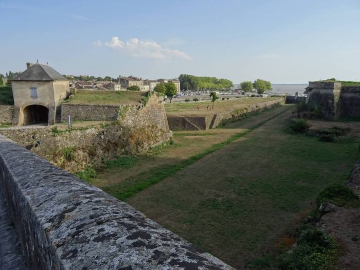 Vestingwerken van Vauban in Blaye met aan de horizon rivier Gironde