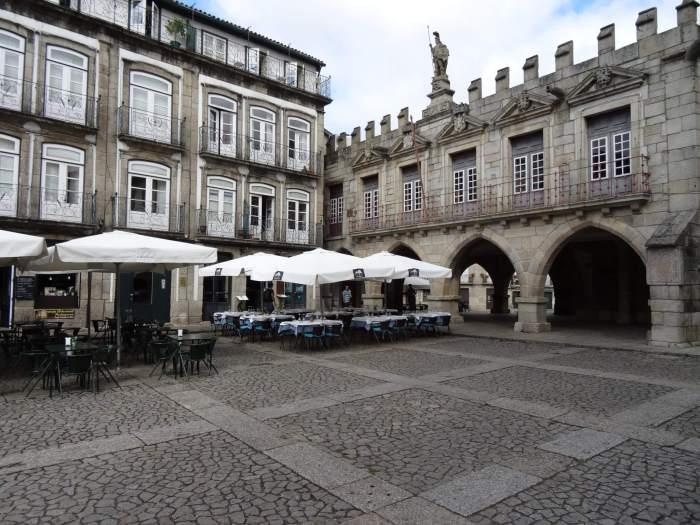 Oude stadhuis in Guimarães met kantelen en standbeeld
