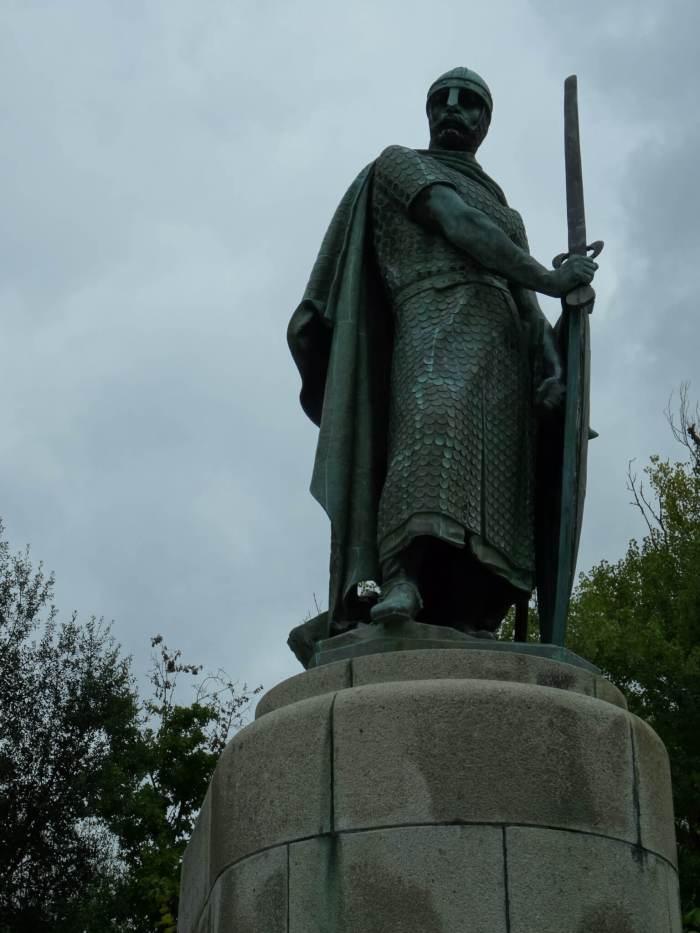 Een standbeeld van Alfons, de eerste koning van Portugal, in gevechtstenue in Guimarães