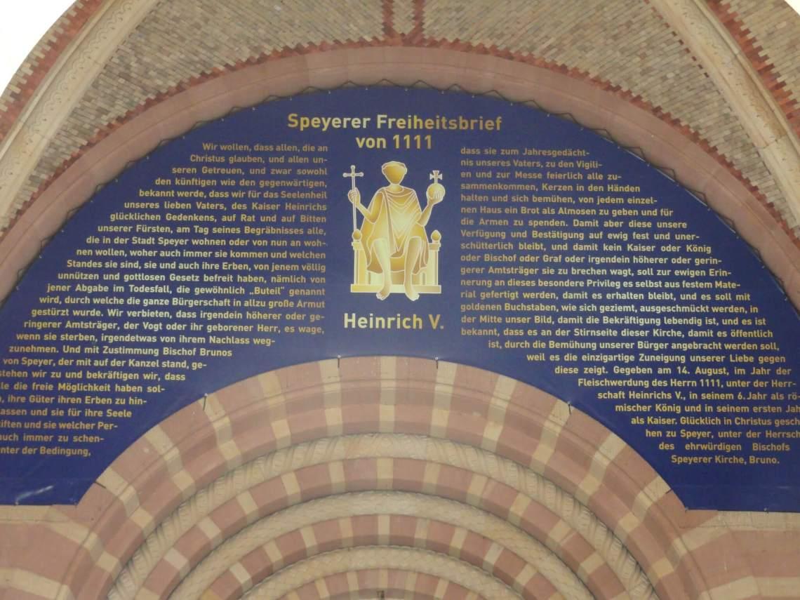 Freiheitsbrief Dom van Speyer weergegeven op blauwe ondergrond met gouden letters