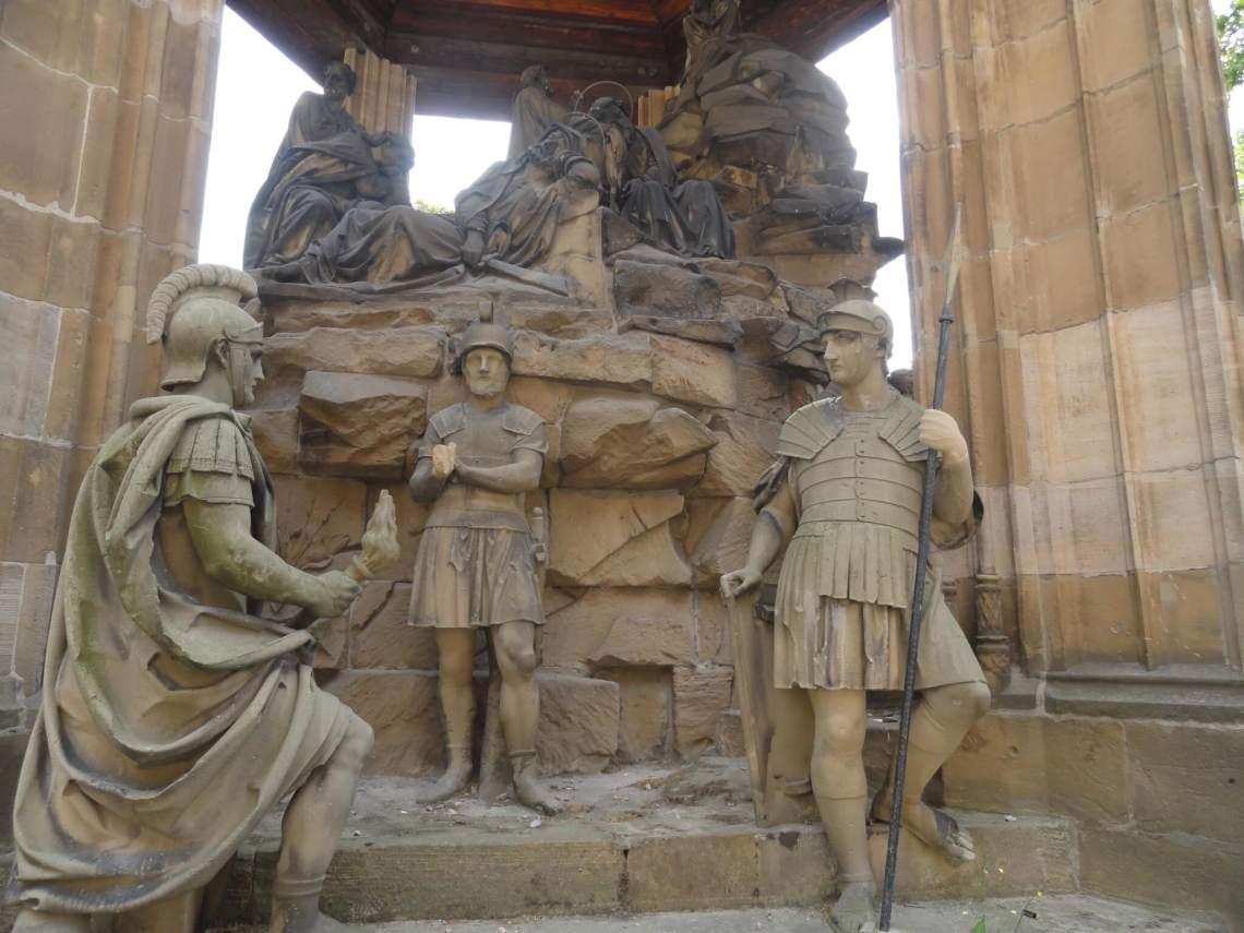 Romeinse soldaten onderaan een berg, bovenop rouwende mensen