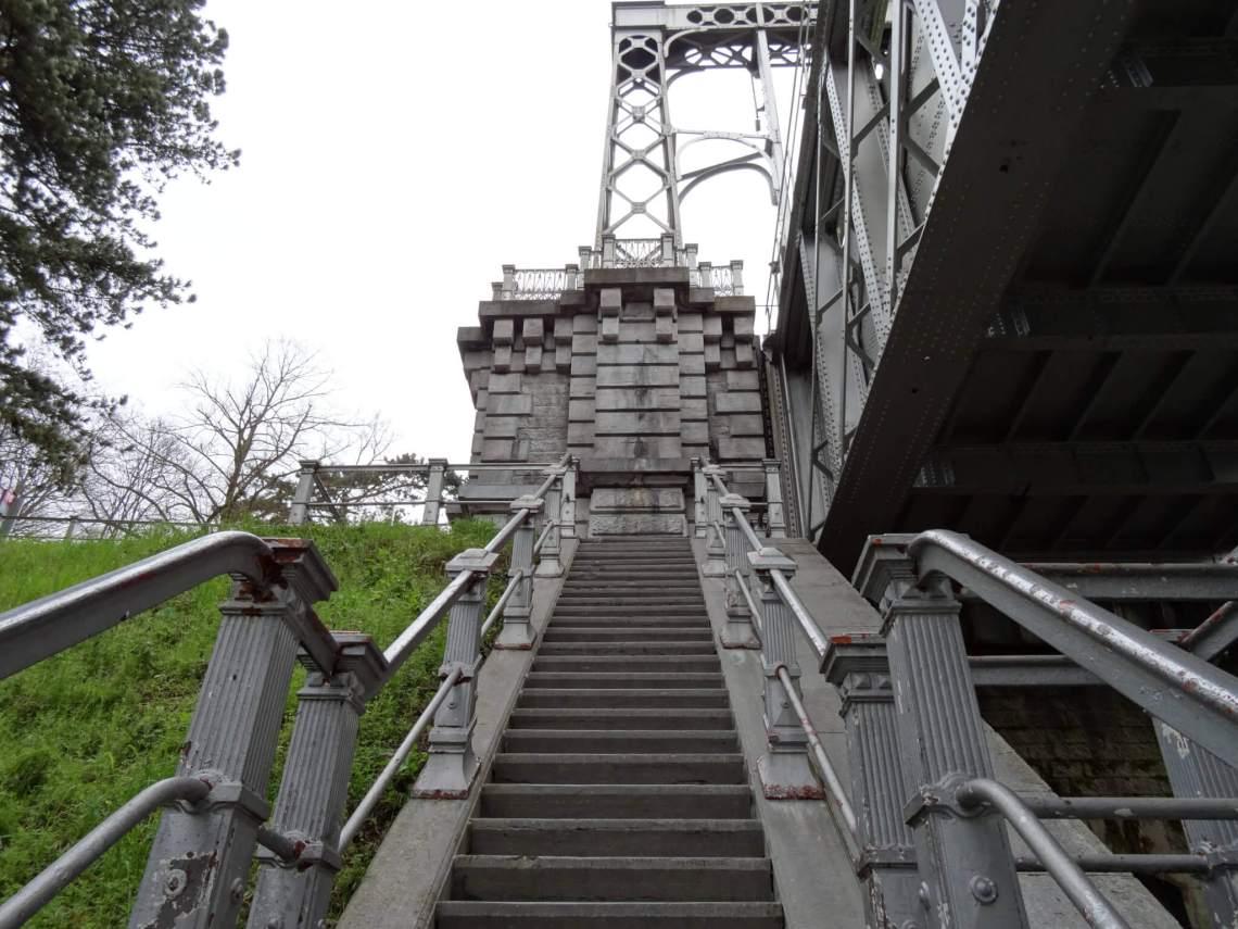 Zilvergrijze trap naar een van de scheepsliften