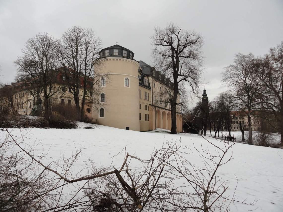 Anna Amaliabibliotheek omringd door sneeuw en kale bomen