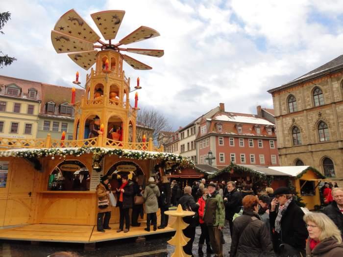 romantici tussen kerststalletjes doen zich tegoed aan bratwursten