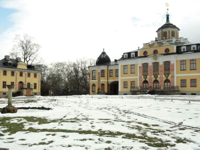 Geel-wit slot Belvedere in winters landschap in Weimar temidden