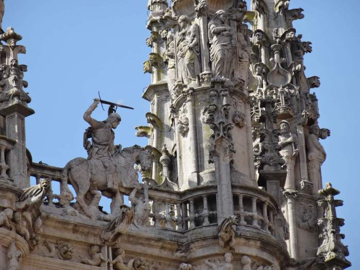 Sint Jakob op zijn paard en zwaaiend met zijn zwaard op de gevel van de kathedraal van Burgos