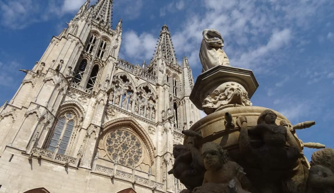 Voorgevel van de kathedraal met twee torenspitsen en Mariabeeld