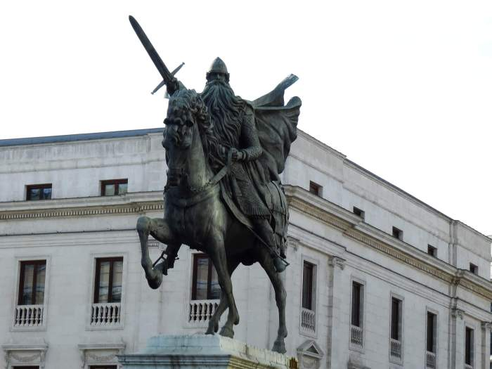 Standbeeld van El Cid rijdens op zijn ros en met geheven zwaard