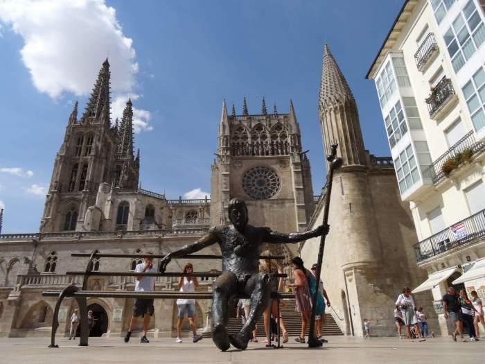 Bronzen beeld van pelgrim op een bankje voor de kathedraal van Burgos
