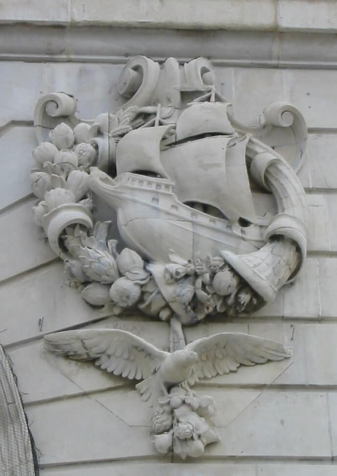 Schip in louwerkrans op Port of Liverpool building
