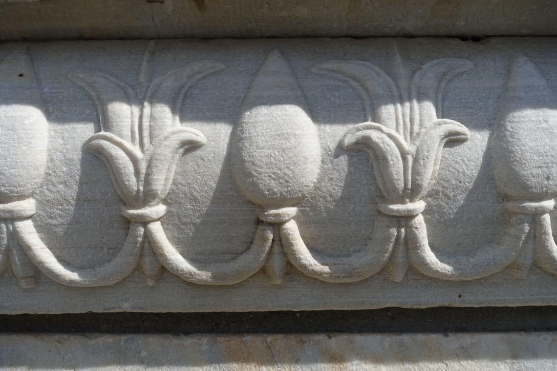 Slingerachtige versieringen op marmer