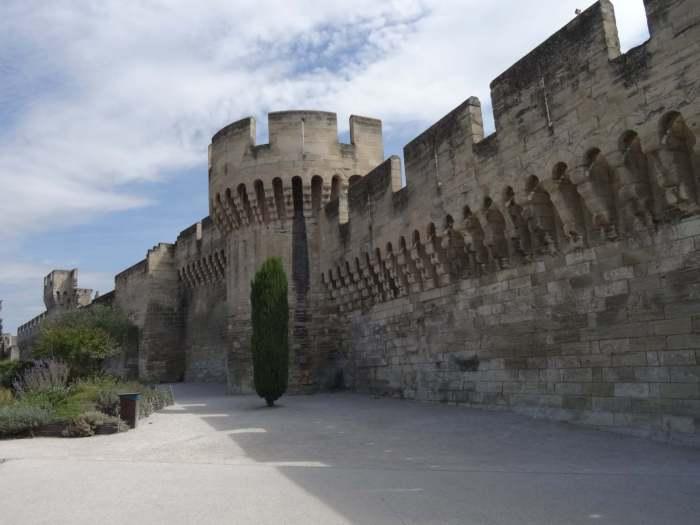 stadsmuur met torens en kantelen