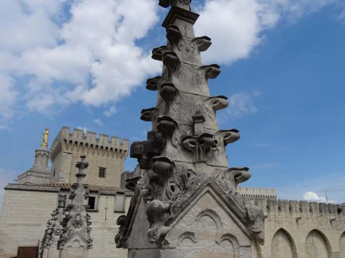 Decoratieve elementen op daktorens op het paleis van de paus in Avignon