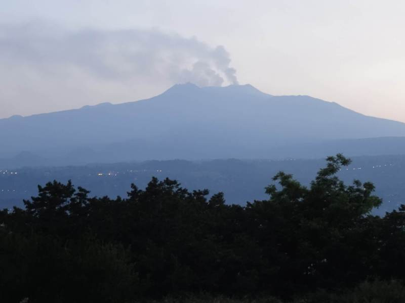 Rookpluimen verlaten Etna vulkaan