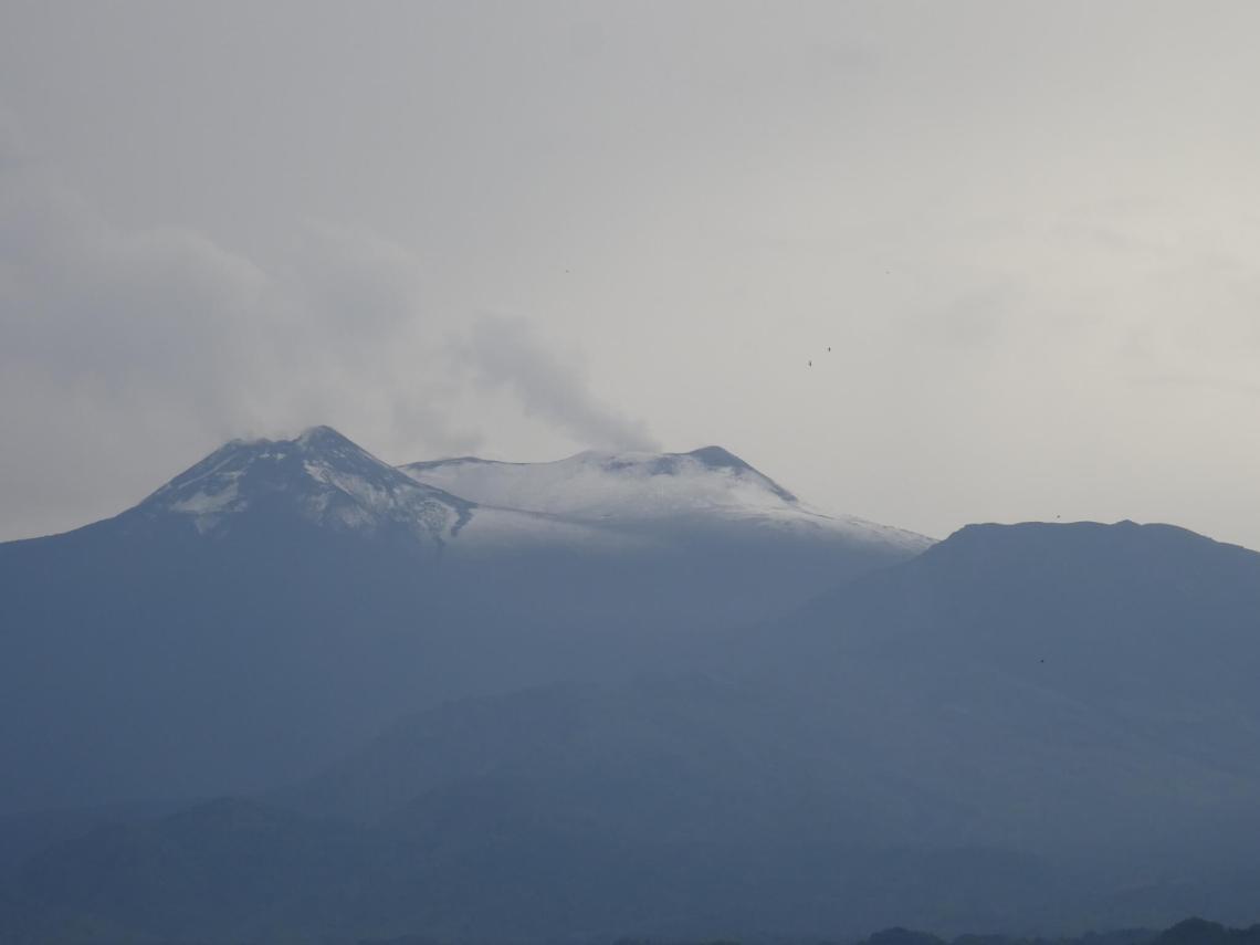 Rookpluim uit besneeuwde top Etna