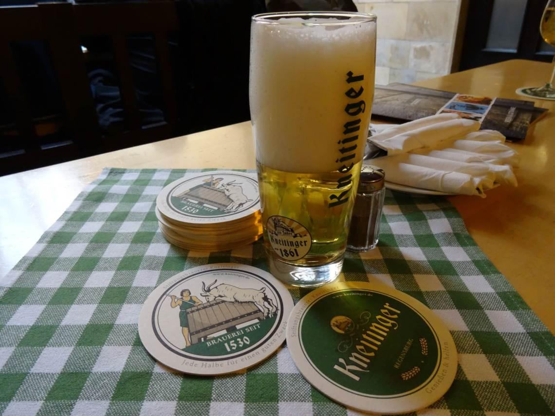 Kneitinger bier op ene tafel met groen geruit kleedje