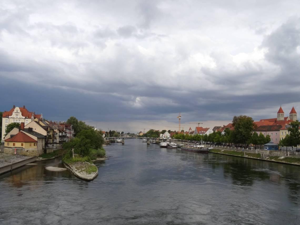 Water van de Donau gezien vanaf de stenen brug in Regensburg