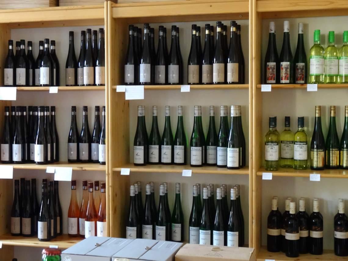 Wijnrek vol wijnflessen