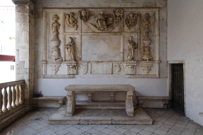 Stenen tafel met daarboven beeldengroep in loggia Trogir