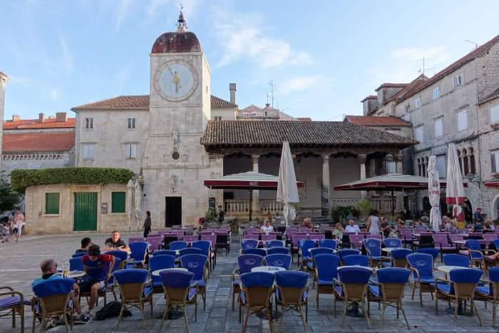 Half leeg terras op hoofdplein Trogir