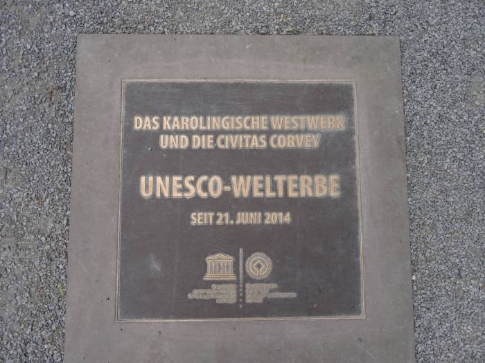 Plakaat op de vloer waarop wordt bevestigd dat klooster van Corvey werelderfgoed is