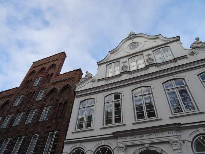 Witte gevel Buddenbrookhaus versierd met beeldhouwwerk
