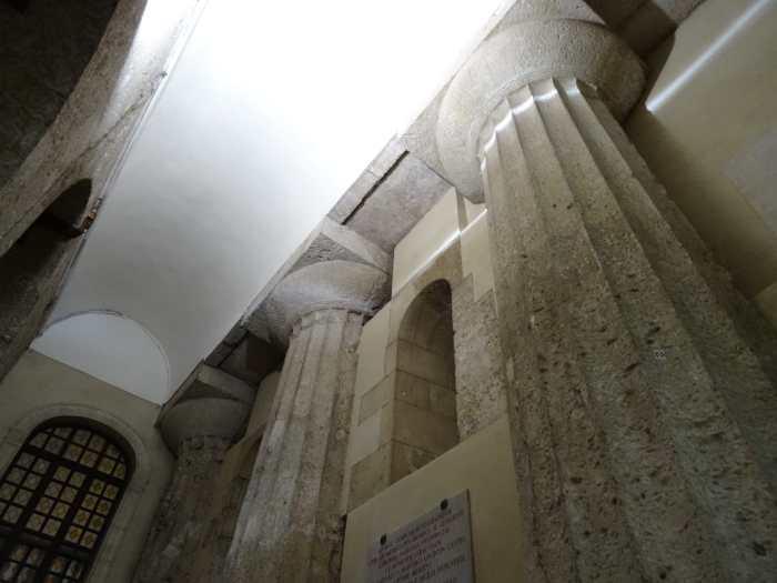 Griekse zuilen opgenomen in een zijmuur van de kathedraal van Syracuse