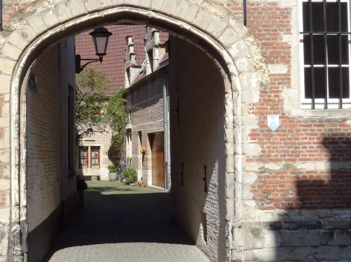 Doorkijkje via Jezuspoort in begijnhof Mechelen