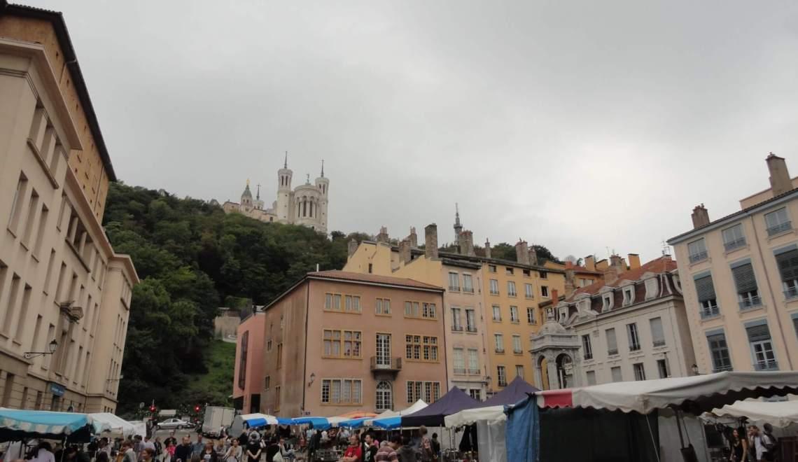 marktplein met kramen omringd door heuvel en renaissancegevels