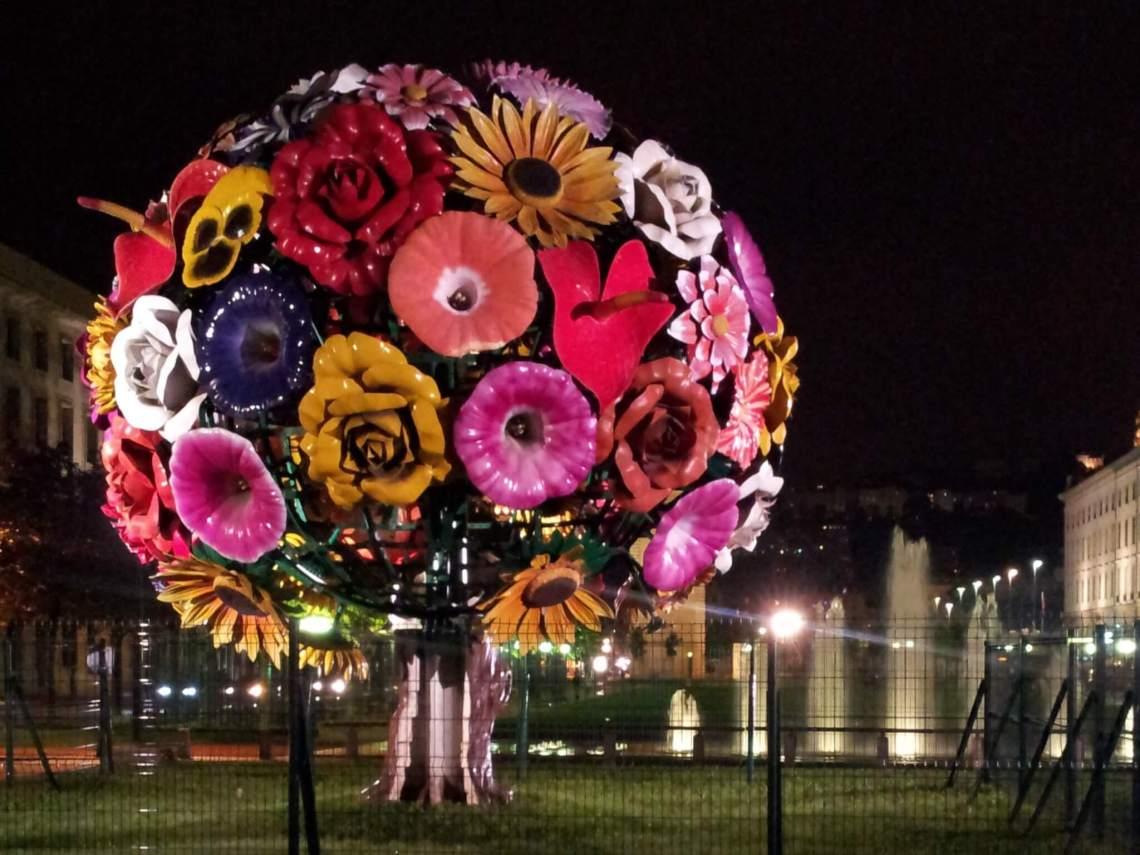 Fontein met groot beeld van fel gekleurde bloemen
