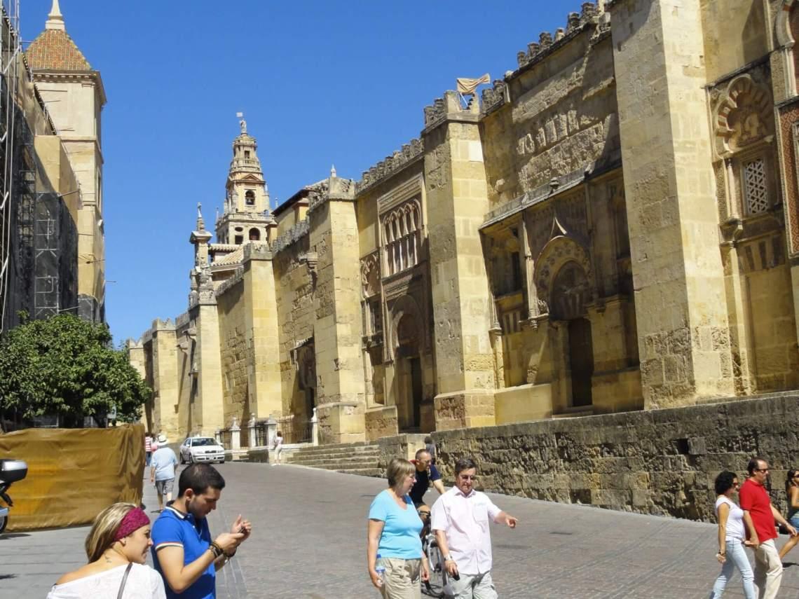 De als een burcht gebouwde buitenmuren van de moskee-kathedraal