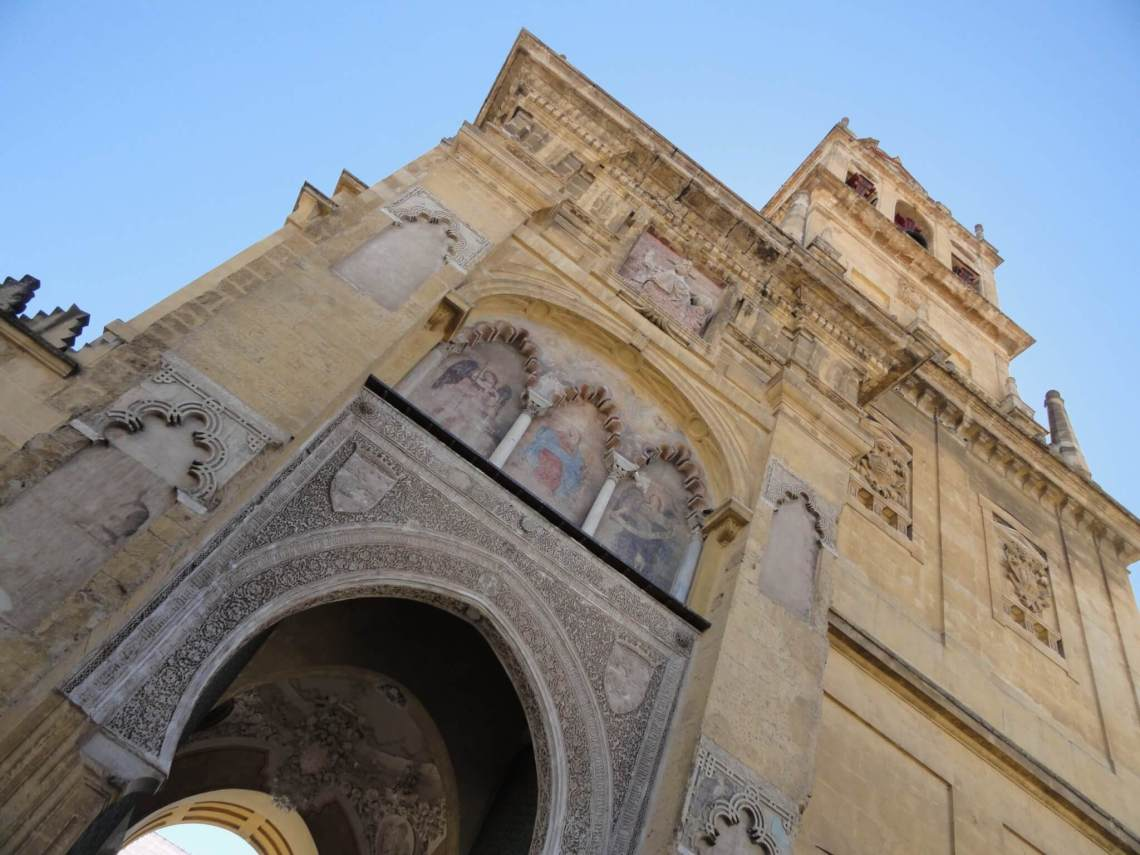 Islamitische en christelijke kunst op de klokkentoren van mezquita Cordoba