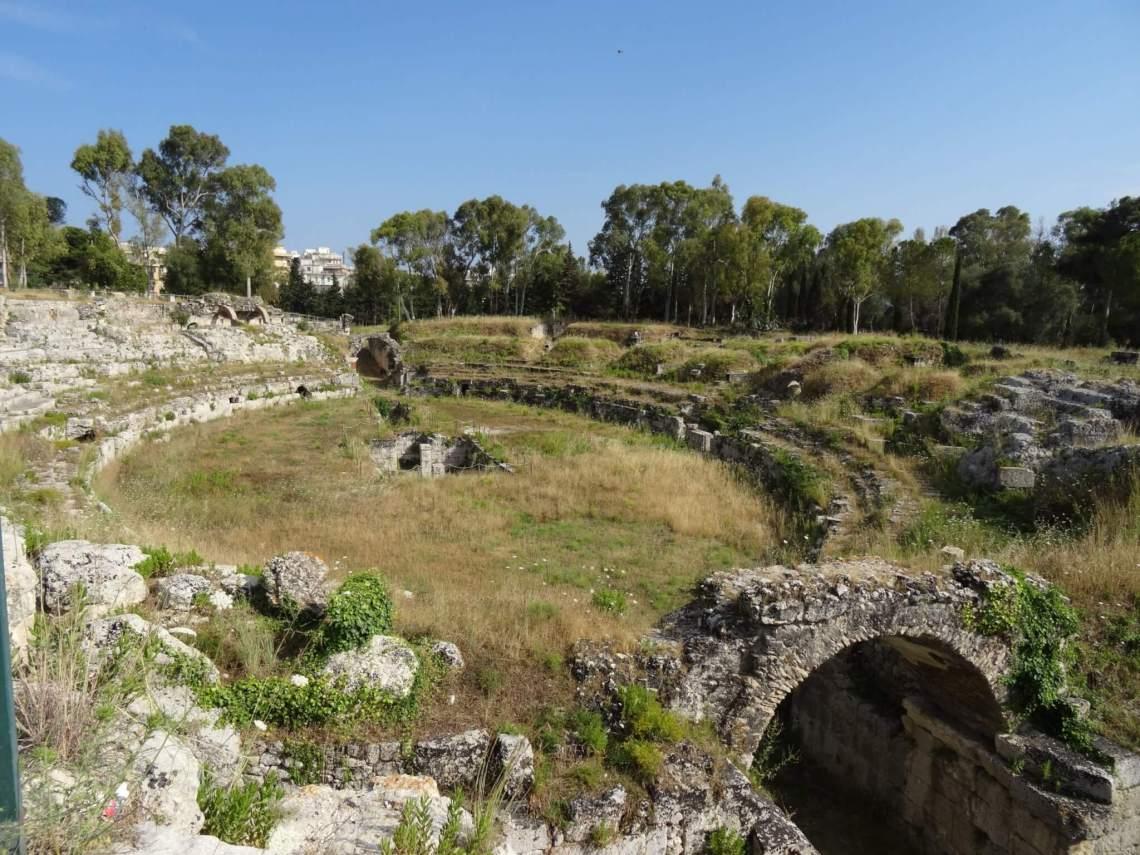 Romeins theater in ovale vorm van een paar meter hoog