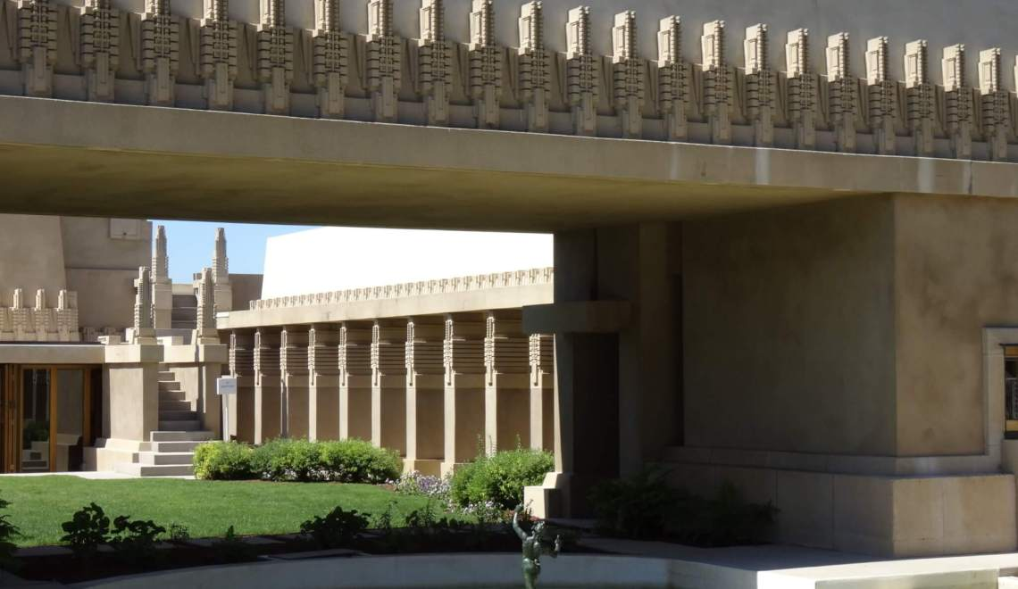 Hollyhock House met patio en zuilengalerij