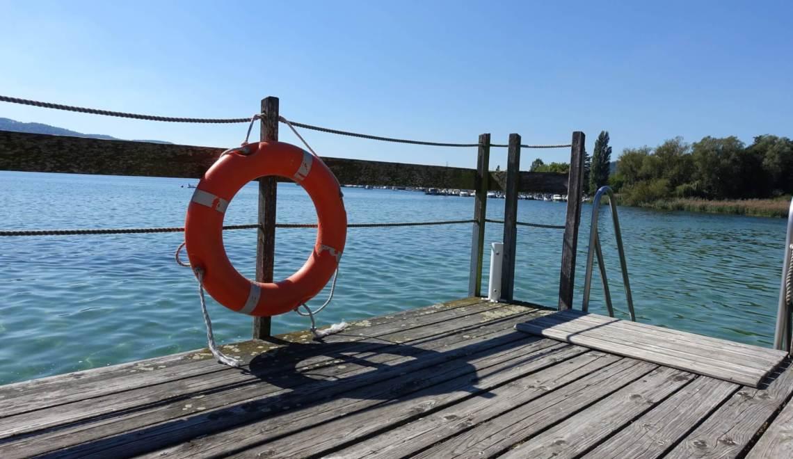 reddingsboei aan een steiger met uitzicht over de Bodensee