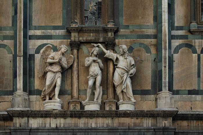 Drie marmeren figuren belden de doop van Jezus uit