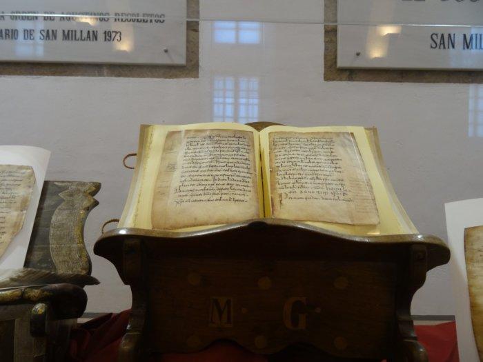Opengeslagen boek op schrijftafel