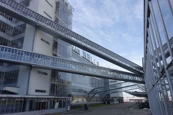 Twee staalglazen bouwdelen Van Nellefabriek worden door vier luchtbruggen verbonden