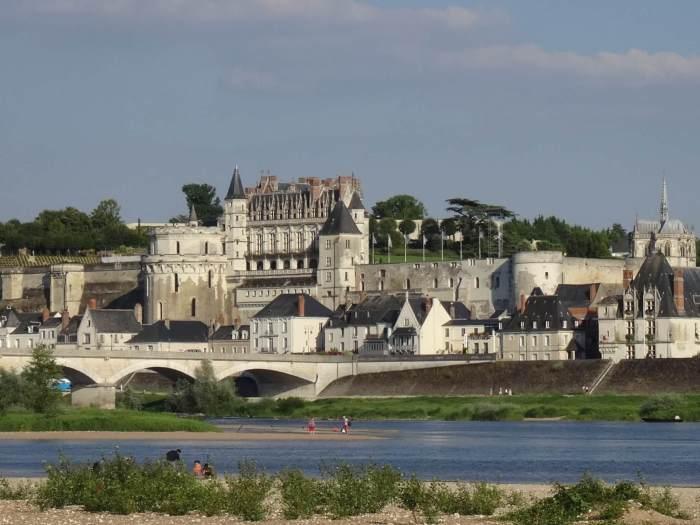 Hoog boven de Loire-rivier uitstekend kasteel met verdedigingswerken en gotische kapel