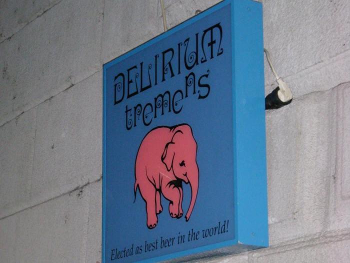 Blauw reclamebord van Delirium bier met roze olifant