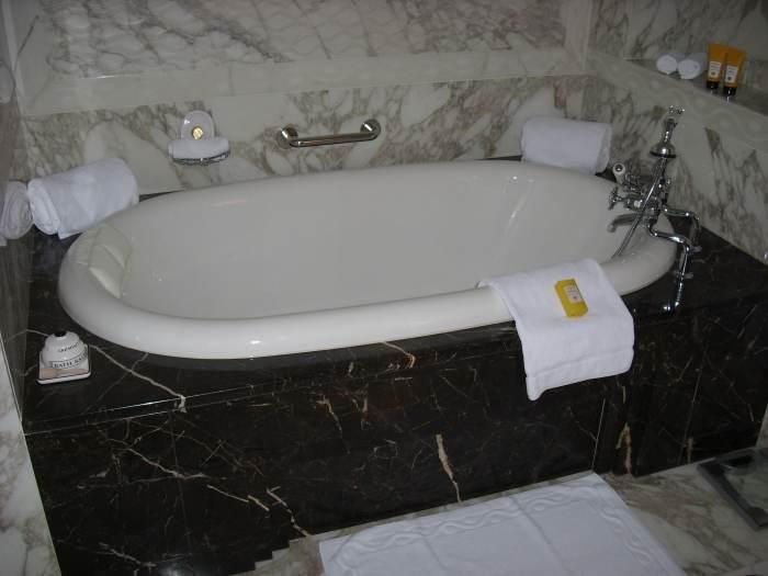 Luxe ligbad in geheel marmeren badkamer