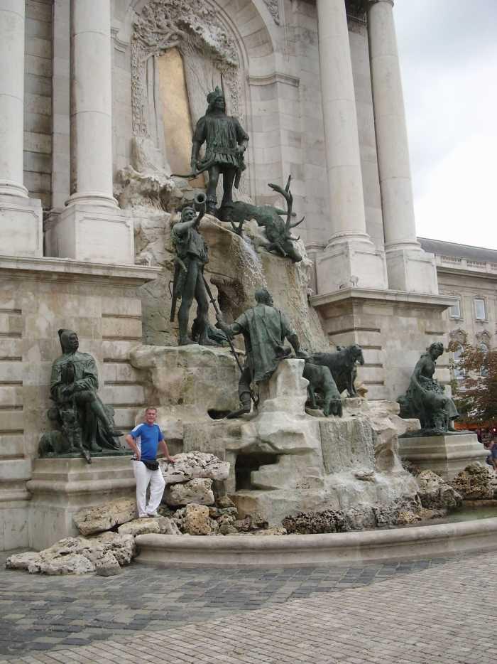 Koning Matthias bovenaan fontein met diverse andere, bronzen figuren